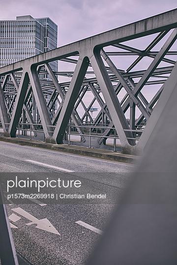 Port city Hamburg, steel bridge construction - p1573m2269918 by Christian Bendel
