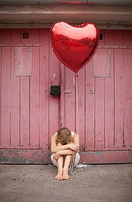 Woman holding balloon - p586m859538 by Kniel Synnatzschke