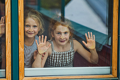 Hinter dem Fenster - p904m1481129 von Stefanie Päffgen