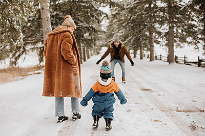 Canada, Ontario, Parents with baby boy (12-17 months) going on winter walk - p924m2271214 by Sara Monika