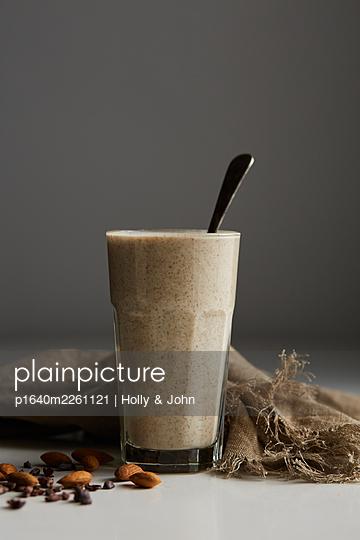 Almond milk - p1640m2261121 by Holly & John