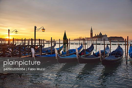 Gondolas by St Marks Square at sunrise, Venice, Veneto, Italy - p429m2050954 by Fabio Muzzi