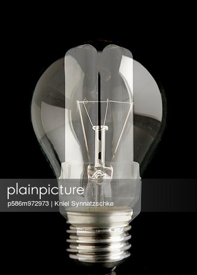 Glühbirne und Energiesparlampe, Composing - p586m972973 von Kniel Synnatzschke