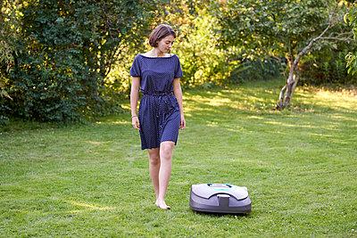 Frau mit Mähroboter - p1124m1480973 von Willing-Holtz