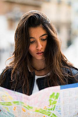 Young woman in Valencia, Spain - p300m1356478 von Kike Arnaiz