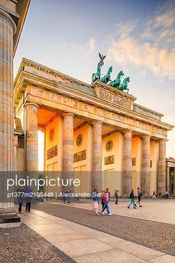 Germany, Berlin, Berlin Mitte, Brandenburg Gate - p1377m2105448 by Alessandro Saffo