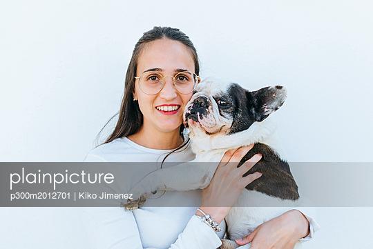 Portrait of woman next to her dog - p300m2012701 von Kiko Jimenez