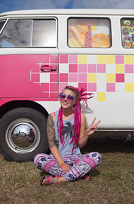 Hippie macht Peace-Zeichen vor VW-Bus - p045m1591568 von Jasmin Sander