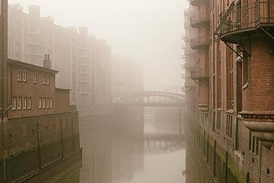 Speicherstadt im Nebel - p1222m1176706 von Jérome Gerull