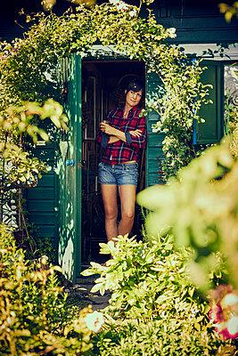 Frau im Gartenhaus - p1312m1176991 von Axel Killian