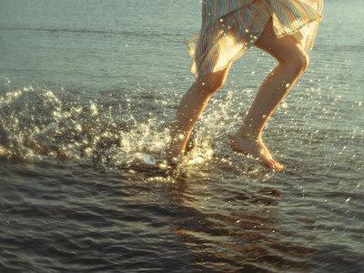 Spanien, Mädchen rennt im Meer - p1522m2196914 von Almag