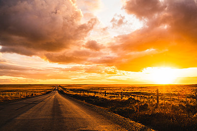 Chile, Empty road at dramatic sunset - p300m2199562 by Uwe Umstätter