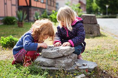 Zwei spielende Mädchen  - p505m1048192 von Iris Wolf