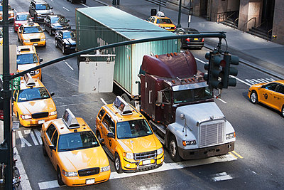 Yellow taxis waiting at traffic lights, New York City, USA - p924m805854f by Ditto