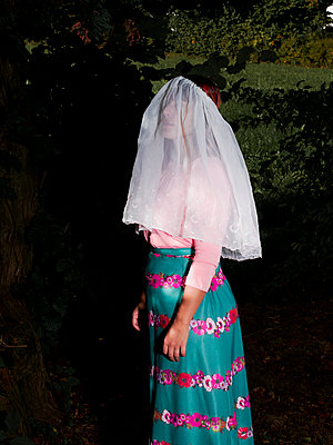 Woman wearing veil - p1279m2133571 by Ulrike Piringer
