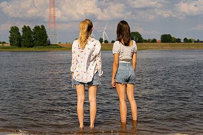 Zwei Freundinnen schauen nachdenklich in die Zukunft - p432m2245730 von mia takahara
