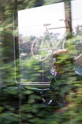S-Bahn fahren - p739m1463393 von Baertels