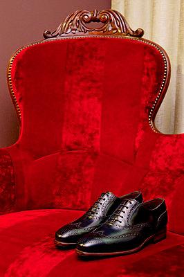 Shoes on the red sofa - p864m2185631 by Michiru Nakayama