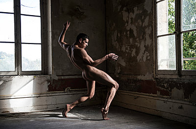 Young man poses in the nude - p1139m1502574 by Julien Benhamou