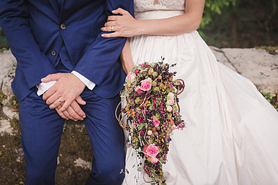 Bride and groom with bridal bouquet - p1150m1514935 by Elise Ortiou Campion