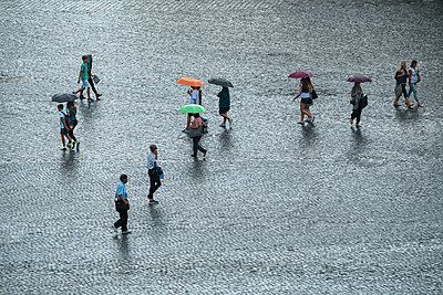 Menschen auf einem Platz im Regen - p1437m2013339 von Achim Bunz