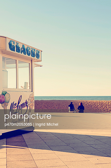 Ice cream shop at the beach of Biarritz - p470m2053085 by Ingrid Michel