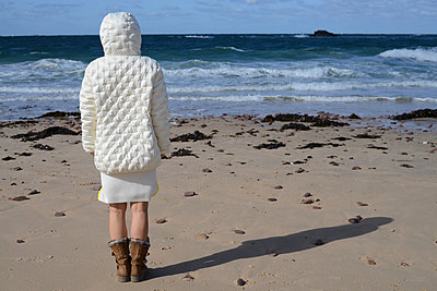 Woman looking at the sea - p1631m2211922 by Raphaël Lorand