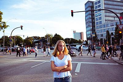 Selbstbewusste junge Frau in Großstadt - p432m1476327 von mia takahara