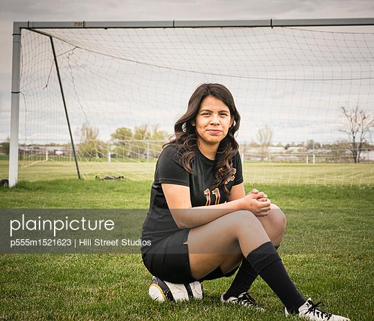 plainpicture | Photo library for authentic images - plainpicture p555m1521623 - Portrait of woman sitting o... - plainpicture/Blend Images/Hill Street Studios