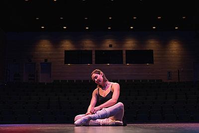 Ballet dancer wearing ballet shoe on stage at theatre - p1315m1566752 by Wavebreak