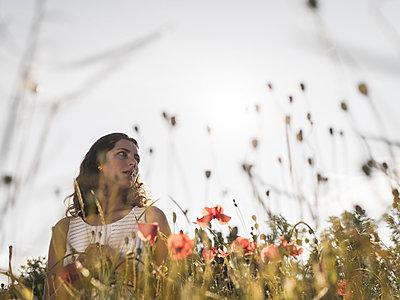 Teenage girl in summer in a flowering meadow - p1564m2294952 by wpsteinheisser