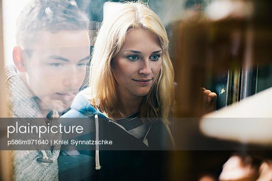 Junges Paar in der Bibliothek - p586m971640 von Kniel Synnatzschke