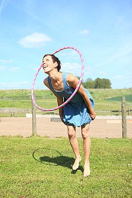 Hula-Hoop Fitness - p045m1028364 von Jasmin Sander