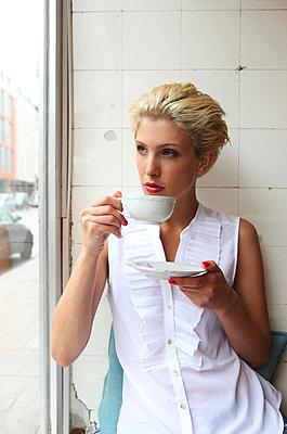 Warten im Café - p045m826057 von Jasmin Sander