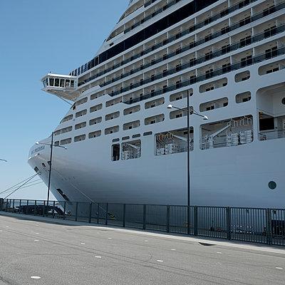 Cruise - p1105m1572661 by Virginie Plauchut