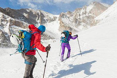 Climbers hike towards Longs Peak in Rocky Mountain National Park - p1166m2137935 by Cavan Images