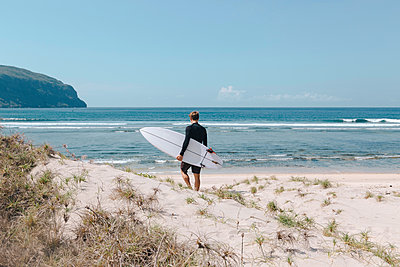 Man with surfboard at the beach, Sumbawa, Indonesia - p300m2155491 by Konstantin Trubavin