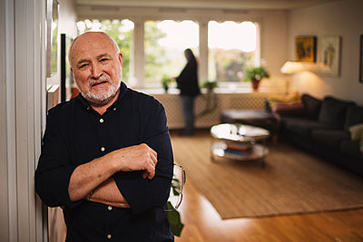 Portrait of confident senior man standing at home - p426m1130983f by Maskot