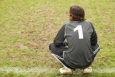 Goalkeeper crouching - p92410349f by Image Source