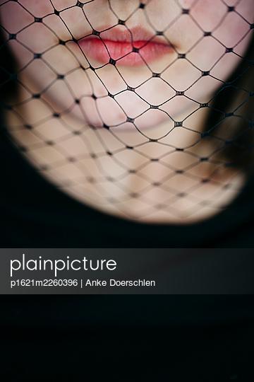 Junges Mädchen mit Trauerschleier - p1621m2260396 von Anke Doerschlen