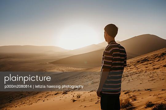 Namibia, Namib desert, Namib-Naukluft National Park, Sossusvlei, man standing at Dune 45 at sunrise - p300m2080814 by letizia haessig photography