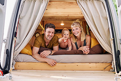 Family in Campervan, portrait - p1124m2229020 by Willing-Holtz