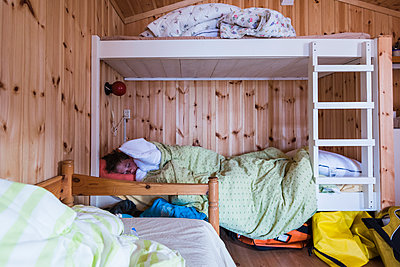 Boy sleeping on bunk bed - p312m1470292 by Mikael Svensson