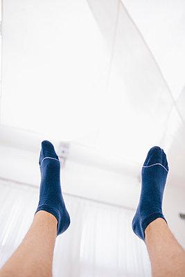 Männerbeine, Blaue Socken - p586m953355 von Kniel Synnatzschke