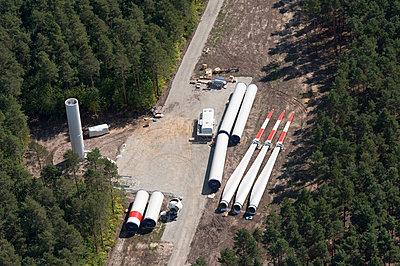 Baustelle einer Windkraftanlage im Wald - p1079m2152586 von Ulrich Mertens
