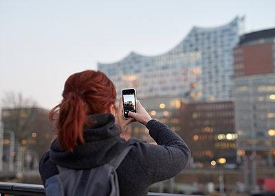 Frau fotografiert Elbphilharmonie - p1124m1216808 von Willing-Holtz