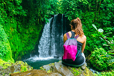 Costa Rica, Woman looking at a waterfall on the Cerro Chato route - p300m1549514 by Kiko Jimenez