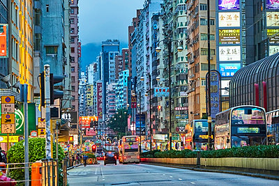 Street at Kowloon in the evening, Hong Kong, China - p300m2121704 by Michael Reusse (alt)
