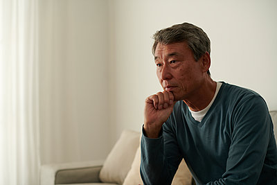 Japanese senior man on the sofa - p307m2023362 by Yosuke Tanaka