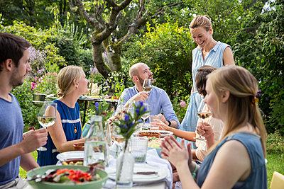 Friends having a garden party - p788m1165307 by Lisa Krechting
